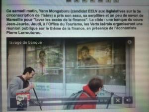 """Y.Mongaburu (Verts/ades) avec Eric Piolle en train de laver la vitrine d'une agence bancaire à Grenoble pour """" nettoyer la finance"""". Le premier matraque les usagers des transports en communs, le second est actionnaire à Singapour. Précisons que la vidéo a disparu du site de Y.Mongaburu..."""
