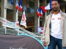 Sid Hamed Beldjenna campe devant l'hôtel de ville de Grenoble pour réclamer du boulot en échange de son salaire...
