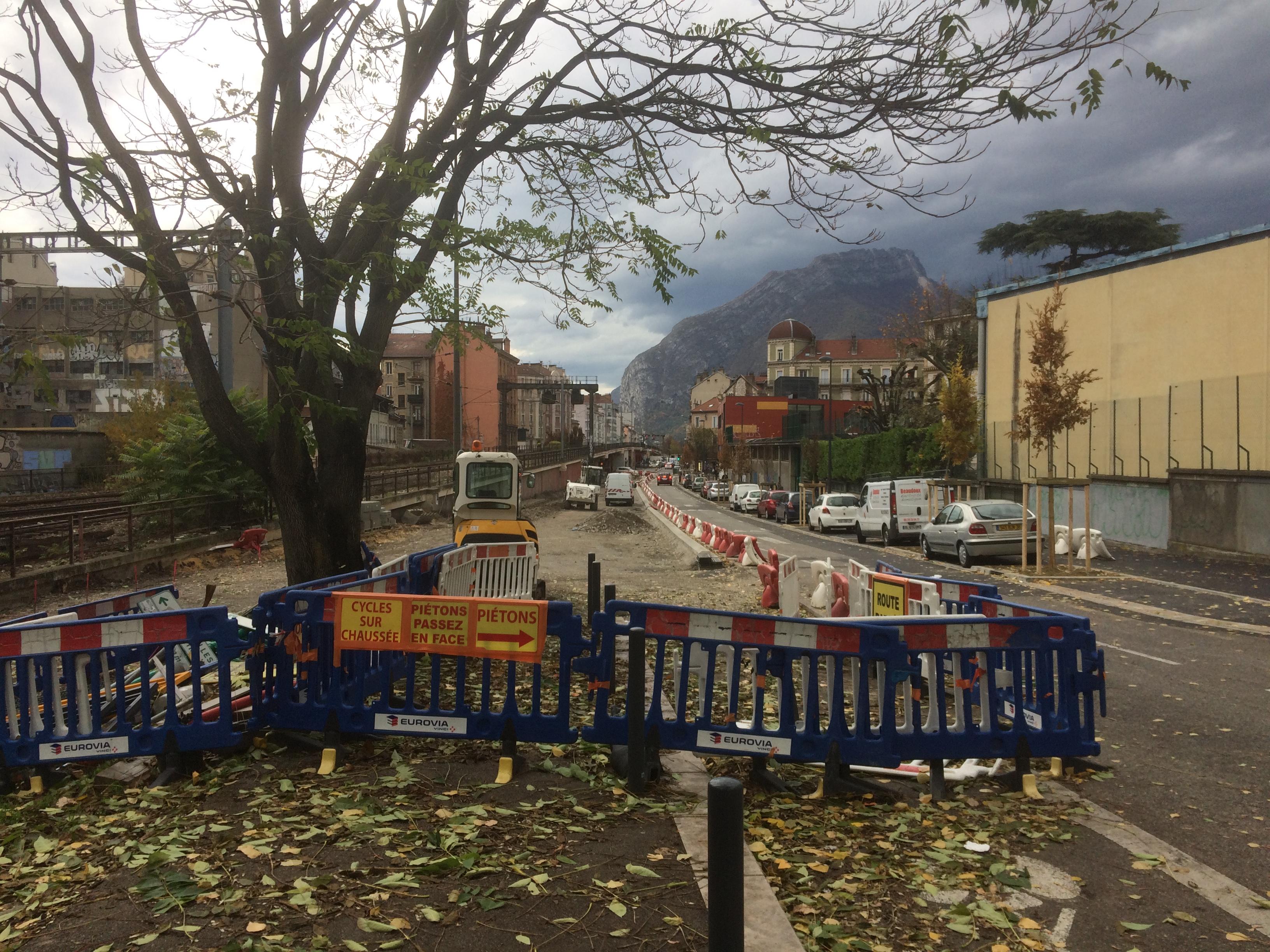 le stationnement en épi à gauche est supprimé rue Lanoyerie