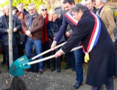 Eric Piolle a planté un arbre cette semaine à la mémoire de Dubedout (PS) avec M.Destot (PS): tout est bon