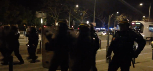 20h30 la police charge les manifestants