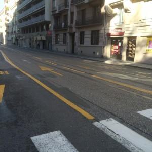 Il reste 5 mètres entre les deux voies bus: 4 mètres devraient être réservés aux vélos