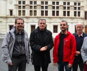 V.Fristot, R.Avrillier, O.Bertrand, V.Comparat tous Verts/Ades devant le palais de justice en train de déposer un recours: pendant la fumée les affaires continuent