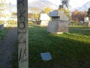 A l'image de Grenoble, cette sculpture d'ornement moderne entièrement vandalisée est à l'image du Grenoble cher à Corine Bernard, l'adjointe aux incultures