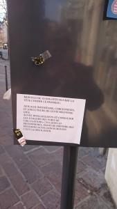 """"""" Mon fils de 10 ans s'est ouvert la tête contre ce panneau ... écrivent ses parents rue du Vieux Temple: Piolle met vraiment la ville à hauteur d'enfants"""