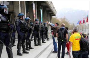 Une image qui demeurera dans les annales: les Rouge/Verts grenoblois font appel à la police