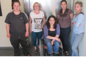Les locataires de Grenoble Habitat ( M.Boileau Présidente) dont des handicapés en pannes d'ascenseurs depuis 3 ans! (photo le DL)
