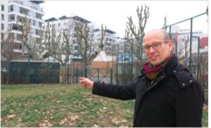 Fabien Malbet (Verts/PG) montre le terrain de basket qui doit disparaitre à Hoche parce qu'avec les 12 00 logements autorisés la municipalité n'a pas prévu les écoles!