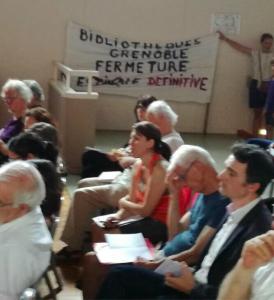 Humilié , Eric Piolle contraint de s'assoir dans le public sous l'affiche condamnant sa politique à l'Ile Verte