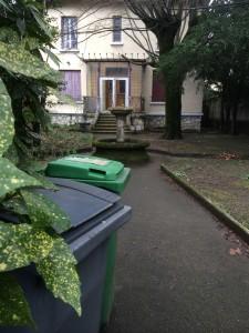 Le jardin et la villa du 85 crs de la Libération n'ont pas la même chance: il est vrai que le propriétaire à l'inconvénient de payer des impôts