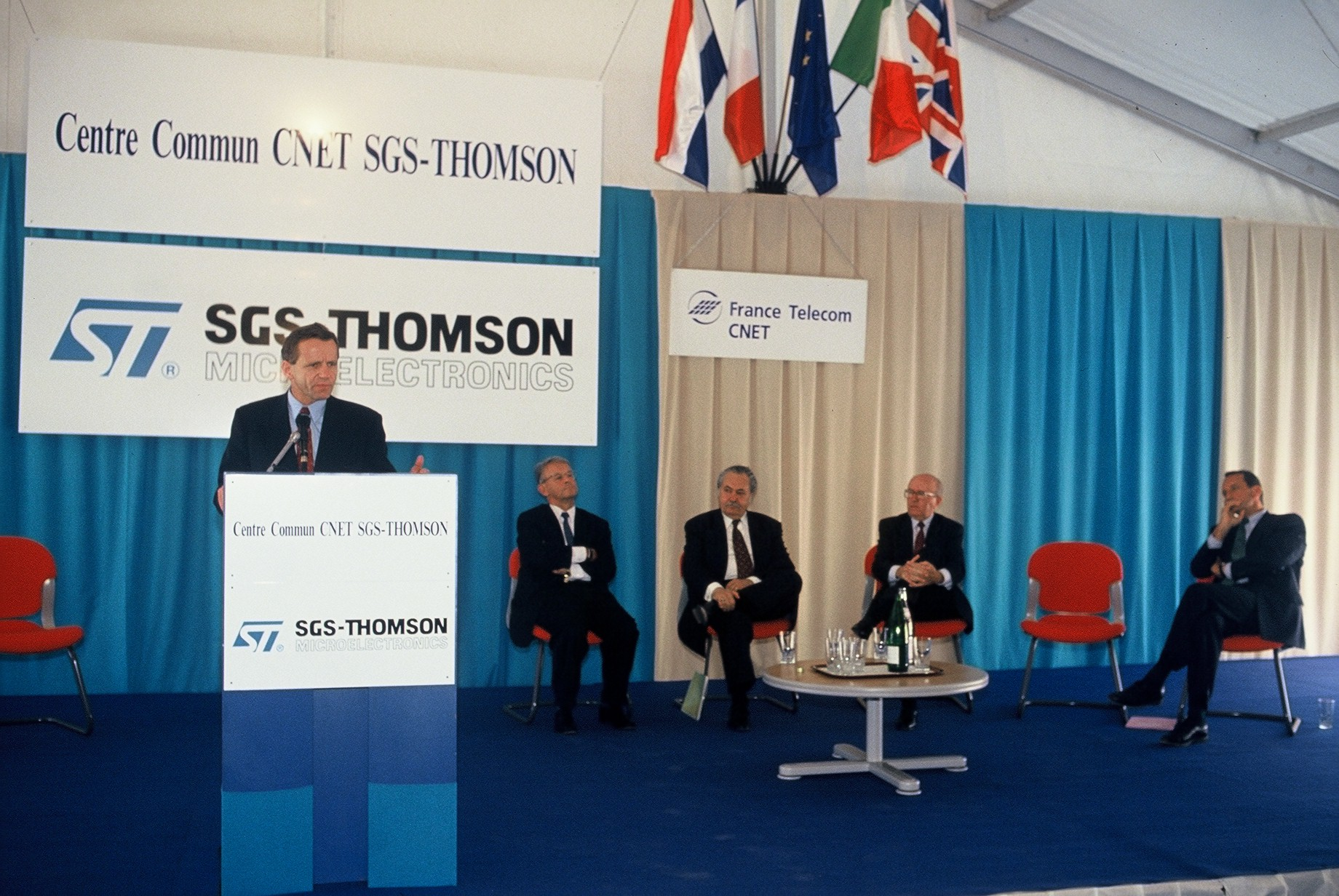 Alain Carignon inaugurant l'implantation de ST Micro obtenue face à l'Italie concurrente: la filière fournira des dizaines de milliers d'emplois