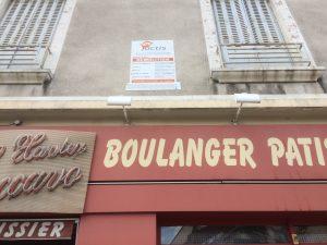 Les bulldozers avancent partout: à Jean Perrot la municipalité tue d'abord la boulangerie par le plan de circulation qui empêche de stationner, puis l'achète pour construire des HLM.Chaque mètre de la ville est ainsi grignoté pour créer une situation explosive