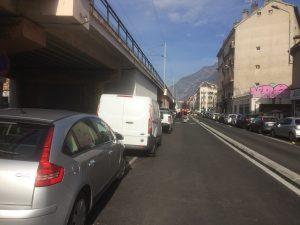"""Rue Lanoyerie ou les places en épi ont été aussi supprimées """" l'autoroute à vélos"""" surdimensionnée conduit les automobilistes à stationner en bordure..."""